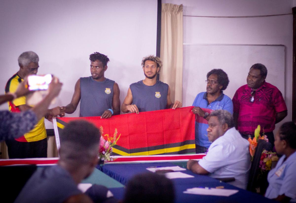Ministri blong Ediukeisen I sapotem Vanuatu Soka Tim wetem Vt440,000