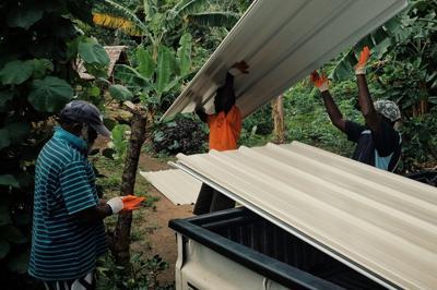 来自世界各地的私人捐款,帮助Pentecost飓风受害者