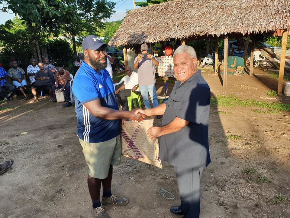 Port Vila MP Kalo Seule (left) presenting a mat to VP President Bob Loughman.