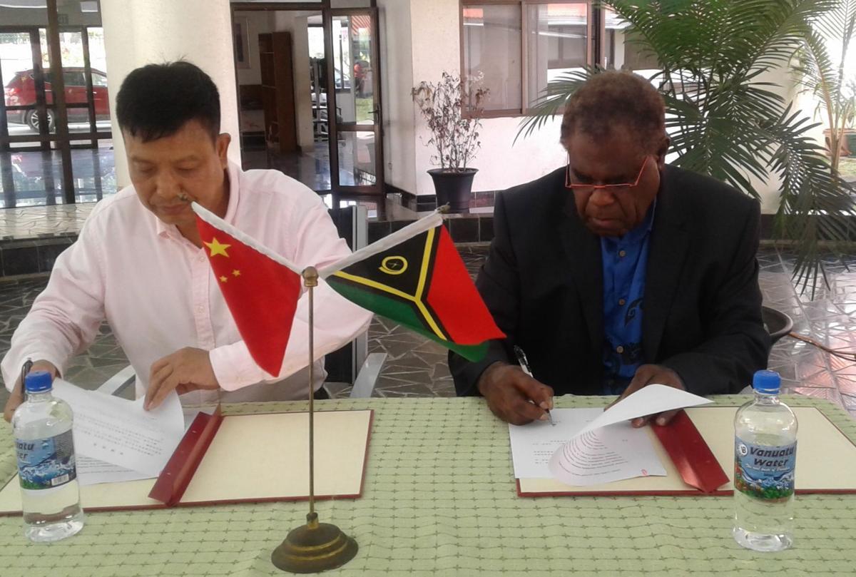 Speaker of Parliament MP Esmon Sai (r) and Chinese Ambassador to Vanuatu, Liu Quan (l)