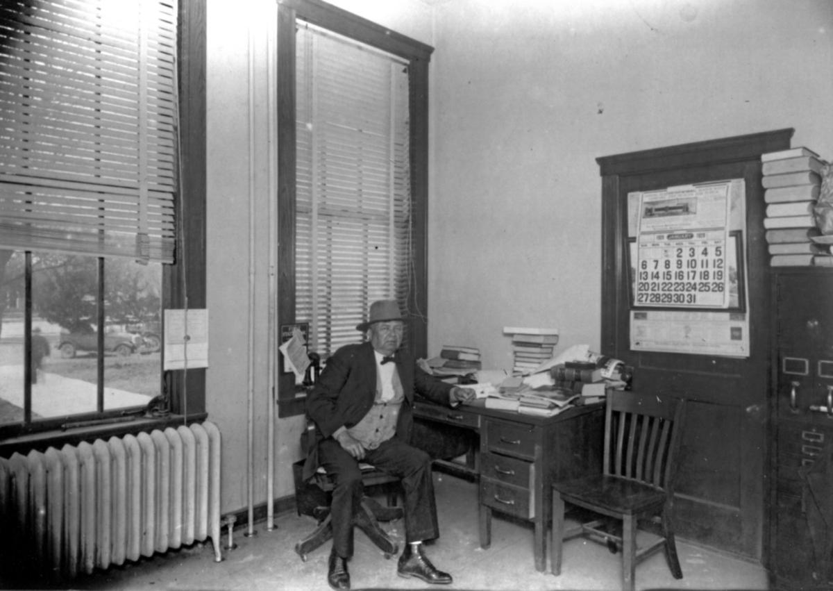 Lee Wallace at Kerr County Courthouse January 1929B&W.jpg