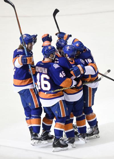 NHL ROUNDUP: Islanders snap Blackhawks' win streak