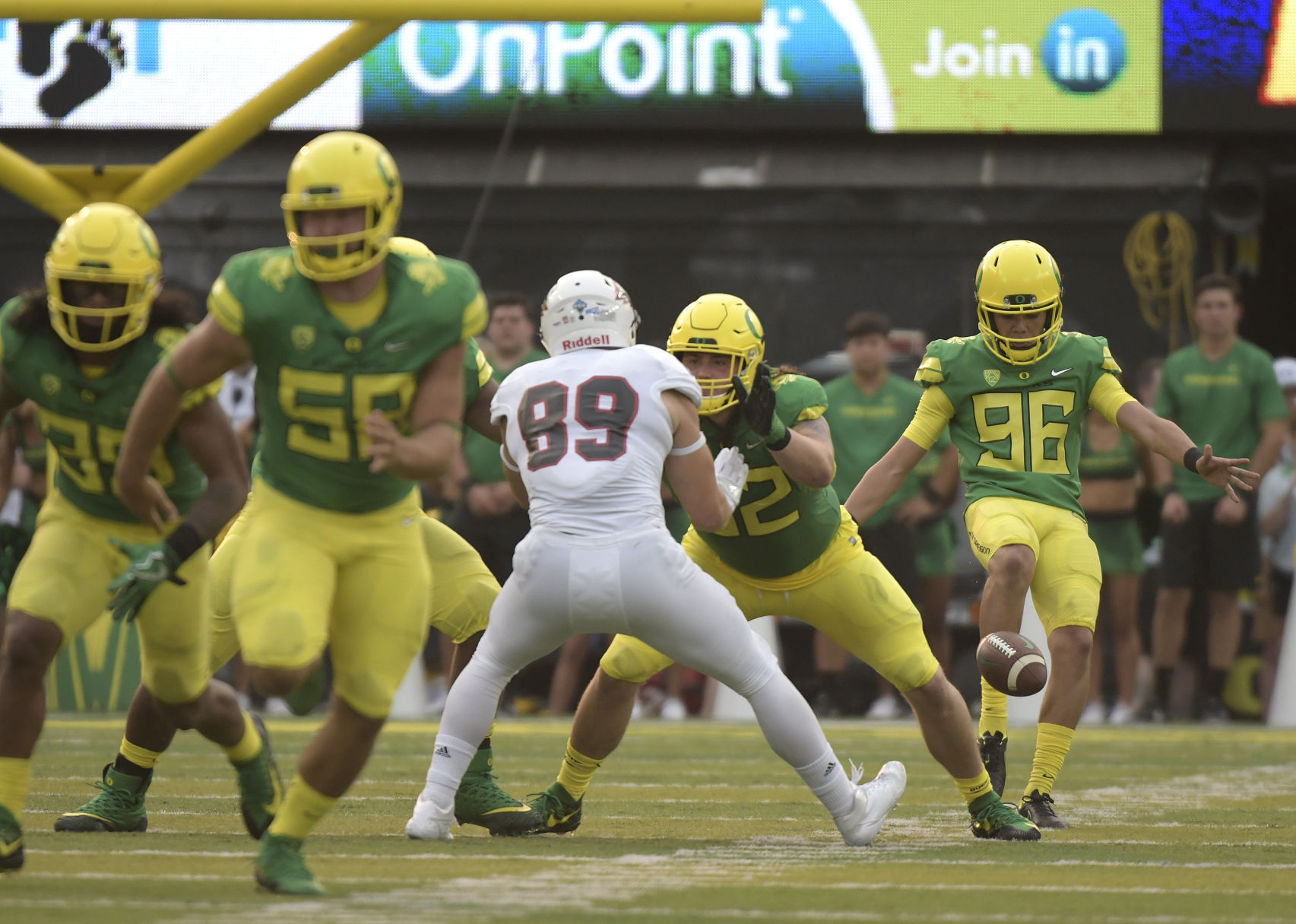 Oregon QB Herbert suffers broken left collarbone