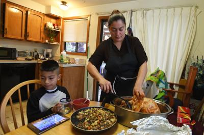 112516-cgt-nws-thanksgiving-dinner-gv01.jpg