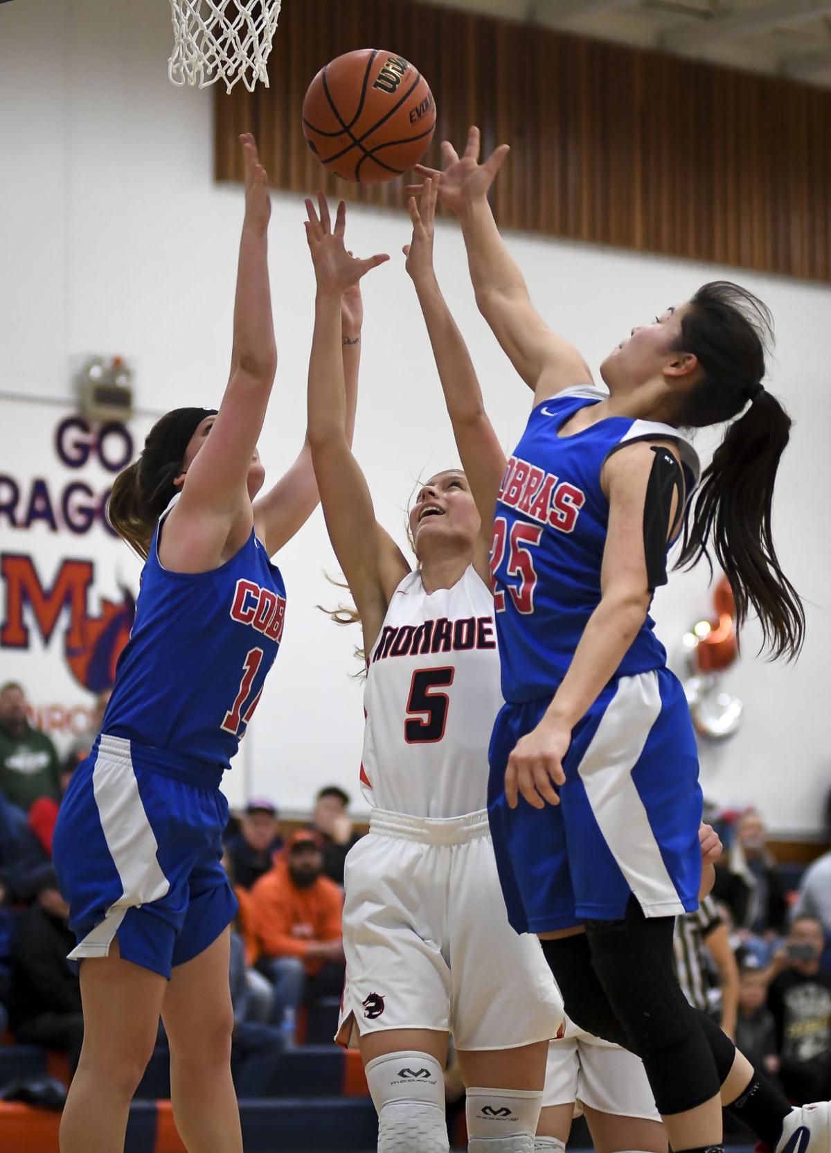 Monroe vs Central Linn basketball 01