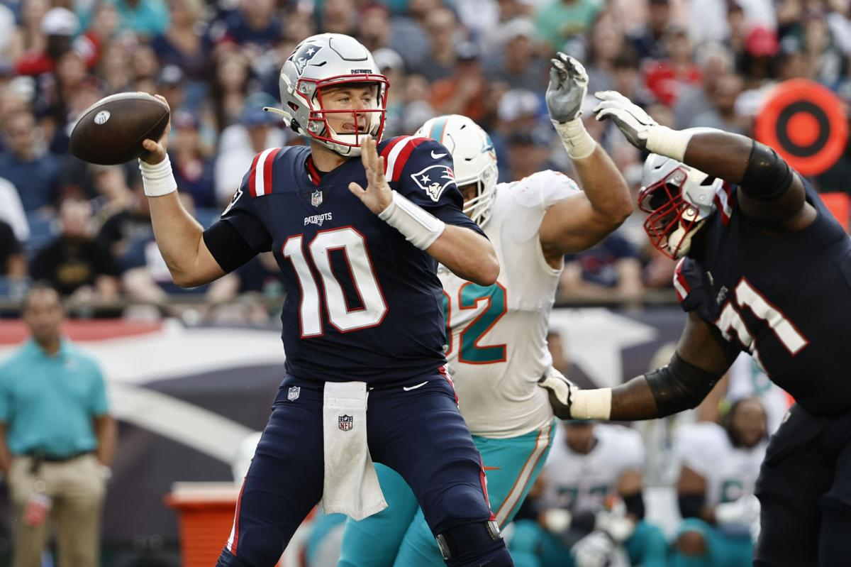 09142021 Dolphins Patriots Football Jones Throwing Pass