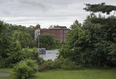 Neighbors oppose plan forapartments
