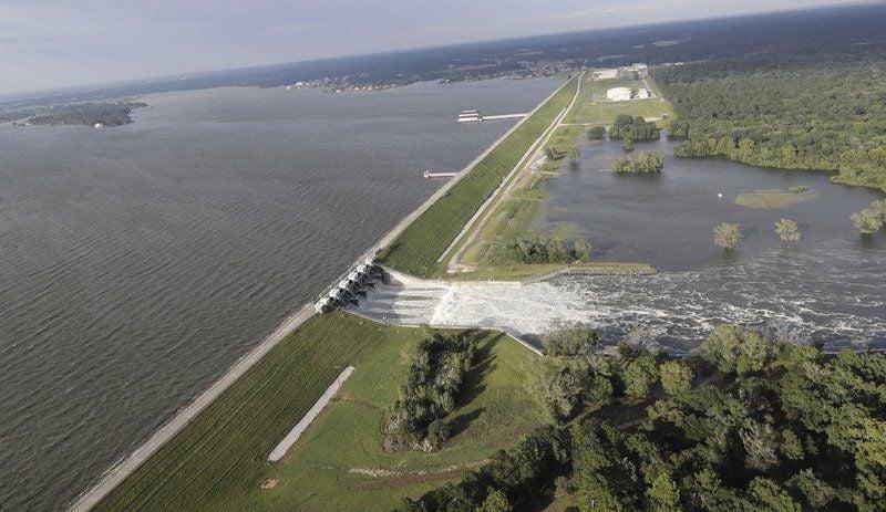 Harvey swamps evacuee shelter on Texas, Louisiana border