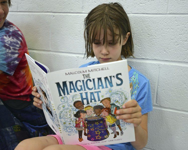 Patriots' Mitchell reads to kids at the Haverhill Y