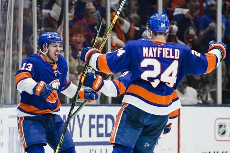 Barzal. Islanders surge past Bruins in 3rd period