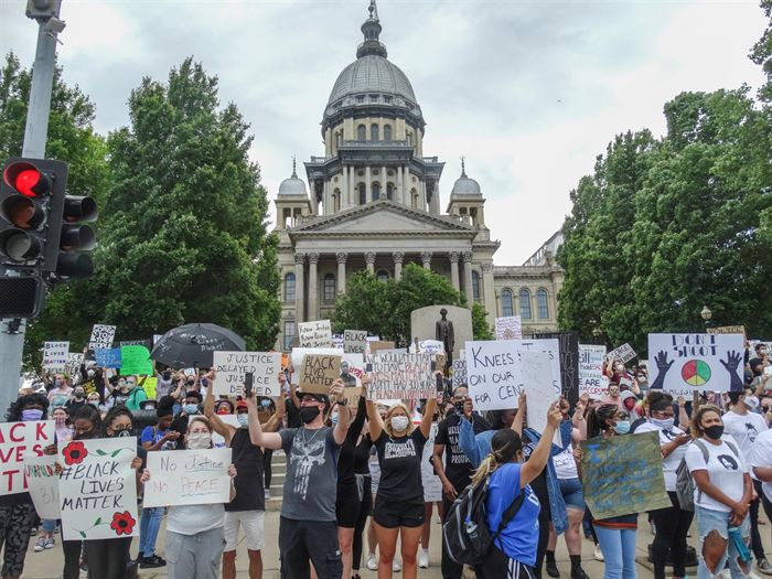 More than 1,000 gather for peaceful protest at Illinois Statehouse