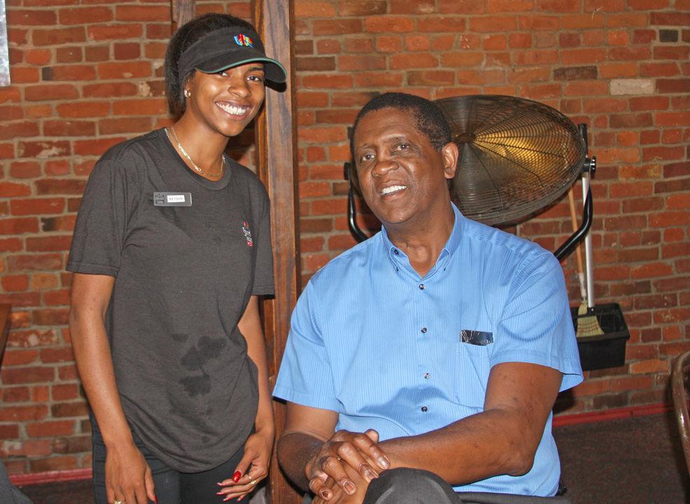 Ikeysha Smith poses with Bill Cartwright