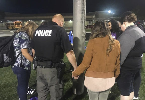 Atheists: Teacher, officer in violation for joining prayers