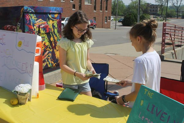 Young entrepreneurs try out lemonade businesses