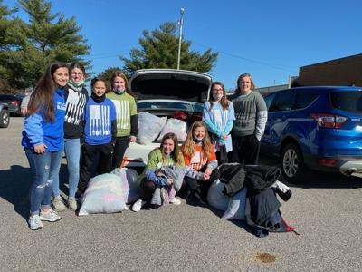 Volleyball team gives back to community