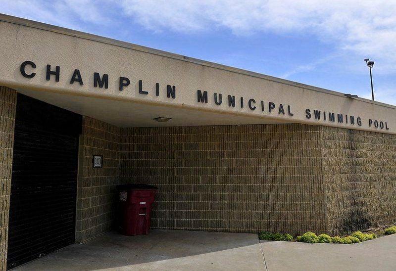 City commission wants pool, both splash pads open