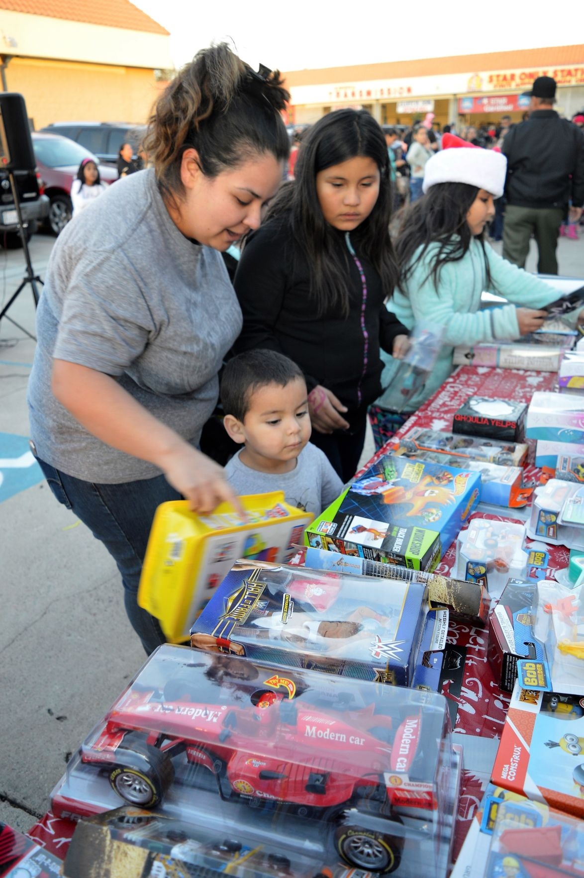 La Sierra Tires >> Many children receive toys during grand opening of La