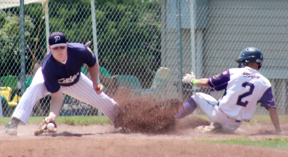 Tyler Mackling safe at third base