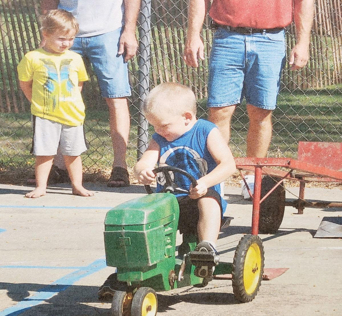 Kiddie tractor pull at Uehling