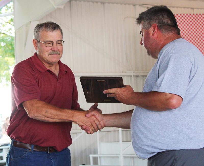 Duane Murdoch accepts award from Kevin Albert