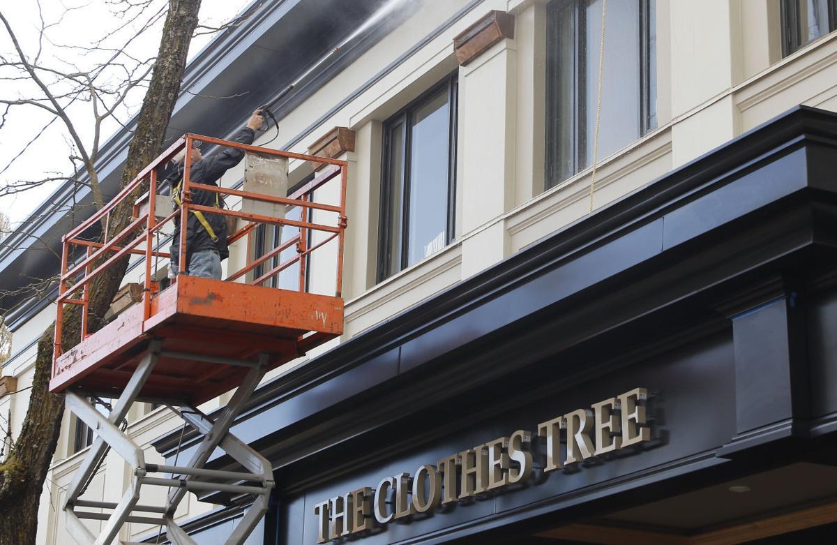 040116-cgt-nws-clothes-tree 01-gb