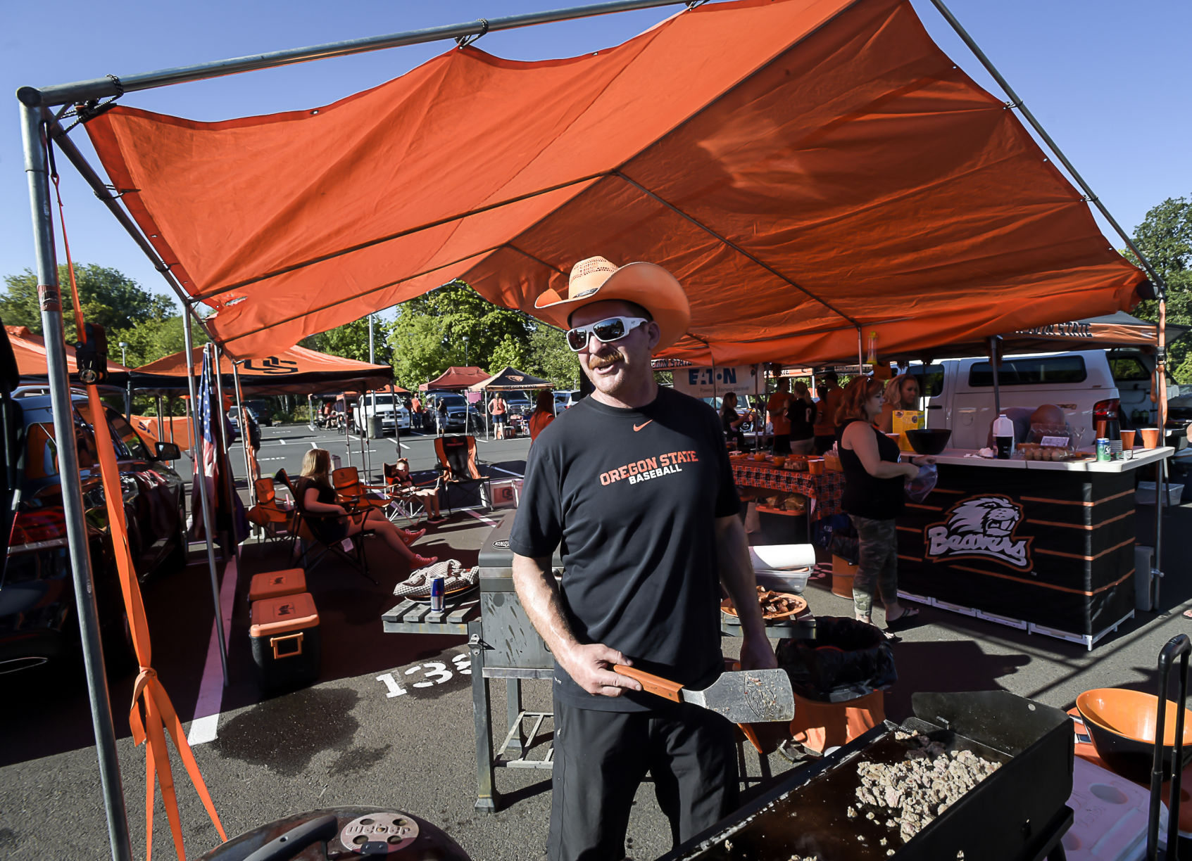 OSU Tailgating 01 & Beaver fans show up early to tailgate and beat the heat   Local ...