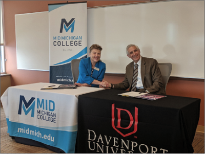 Presidents Hammond and Pappas sign the agreement allowing Mid nursing students to concurrently enroll at Davenport.