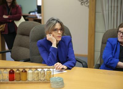 Marianne Williamson visits Golden Grain Energy