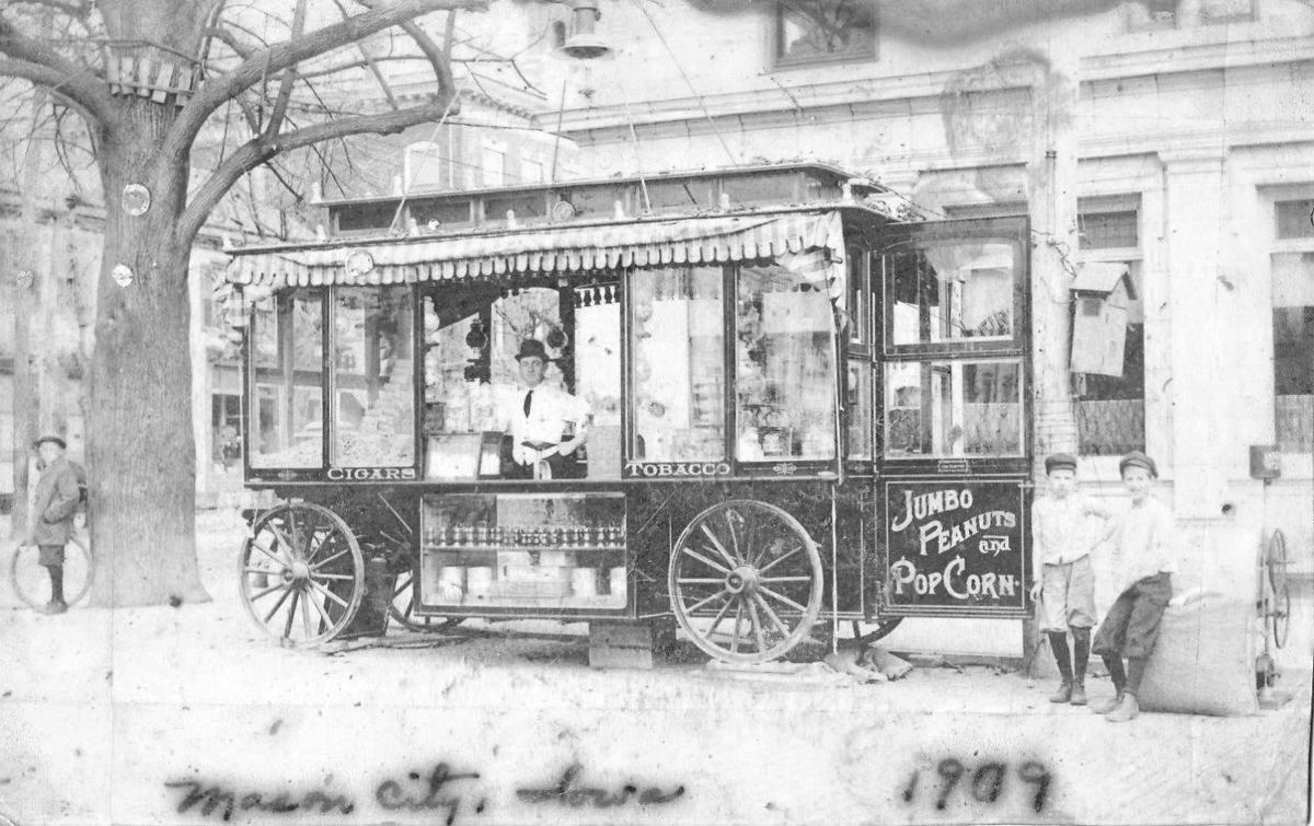 Cigar and peanut wagon on Federal 1909.jpg