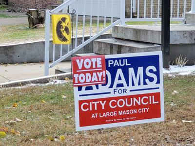 Voter sign in Mason City