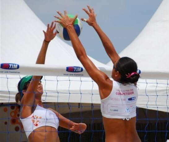 Patricia de Moura volleyball block