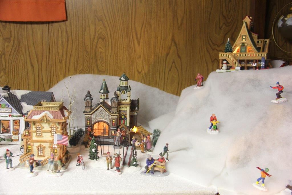 Menards Christmas Village.Crystal Lake Man Sets Up Christmas Village In His Home With