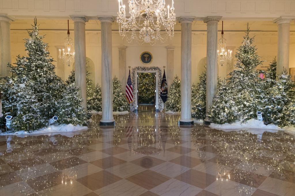 Trump White House Christmas.Photos Melania Trump Chooses Classic Christmas Decor For