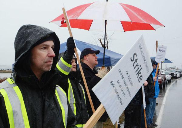 Tesoro steelworkers on strike in Anacortes