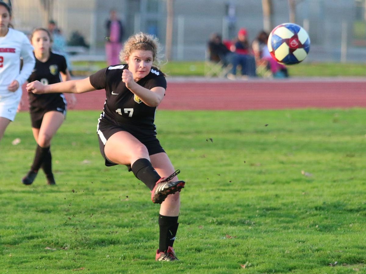 Fagundes' goal downs Spartans, SP takes sole possession of first