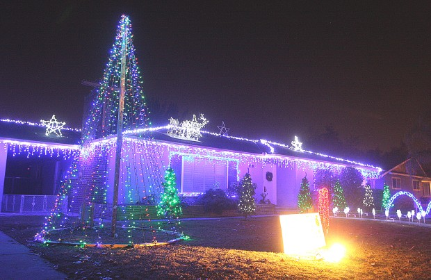 Christmas Lights To Music.Hanford Home Combines Music Lights For Unique Christmas