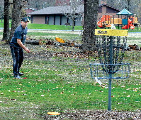 5 8 WEB Parks 2 Disc Golf putt.jpg