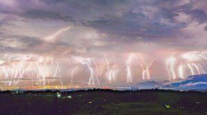 Stunning photo shows 50 forks of lightning striking over 5 minutes
