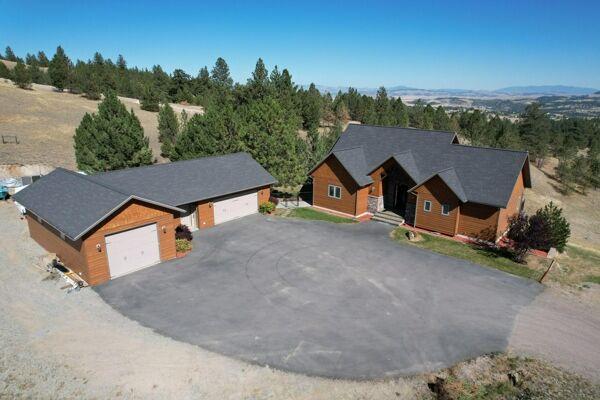 4 Bedroom Home in Clancy - $1,075,000