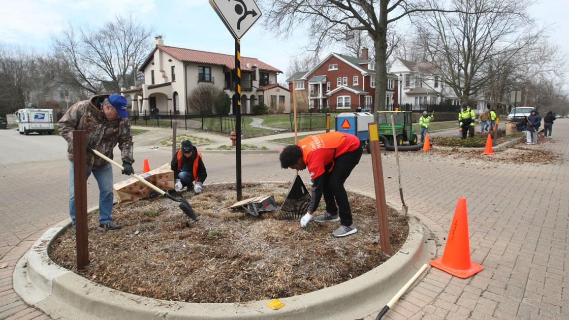 A Sure Sign Of Spring Decatur Volunteers Spruce Up West Main Local Herald