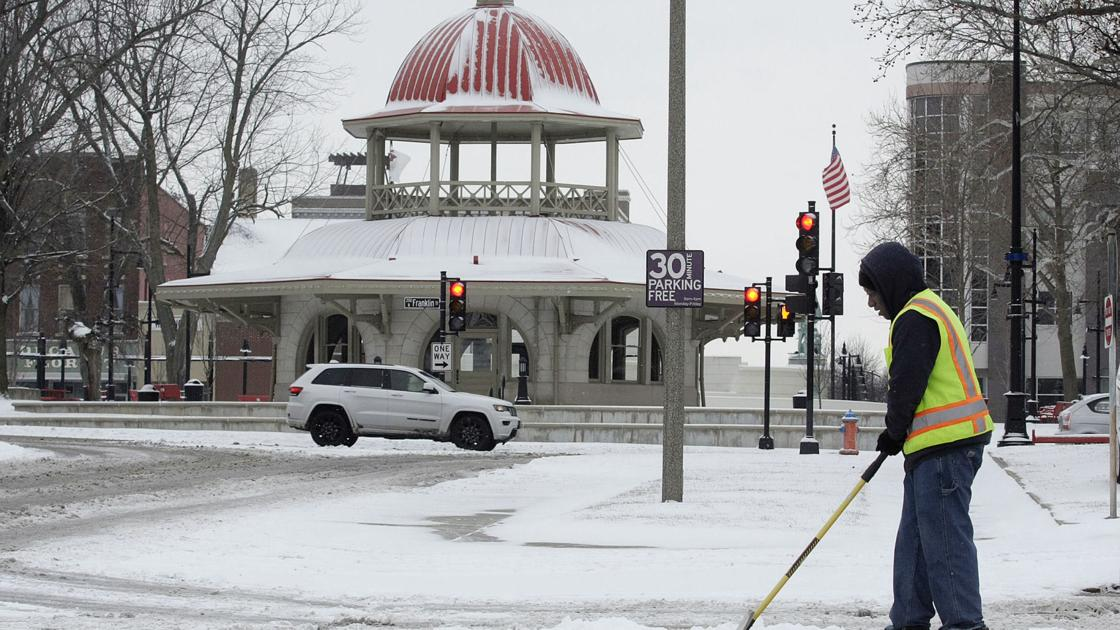Plow crews hit the road to clear snow for Decatur, Macon County drivers❄ | Local | herald-review.com