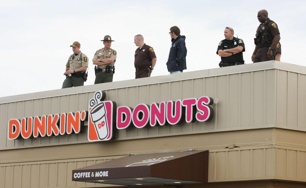 Cops Ascend To Roof For Special Athletes Local Herald Review Com