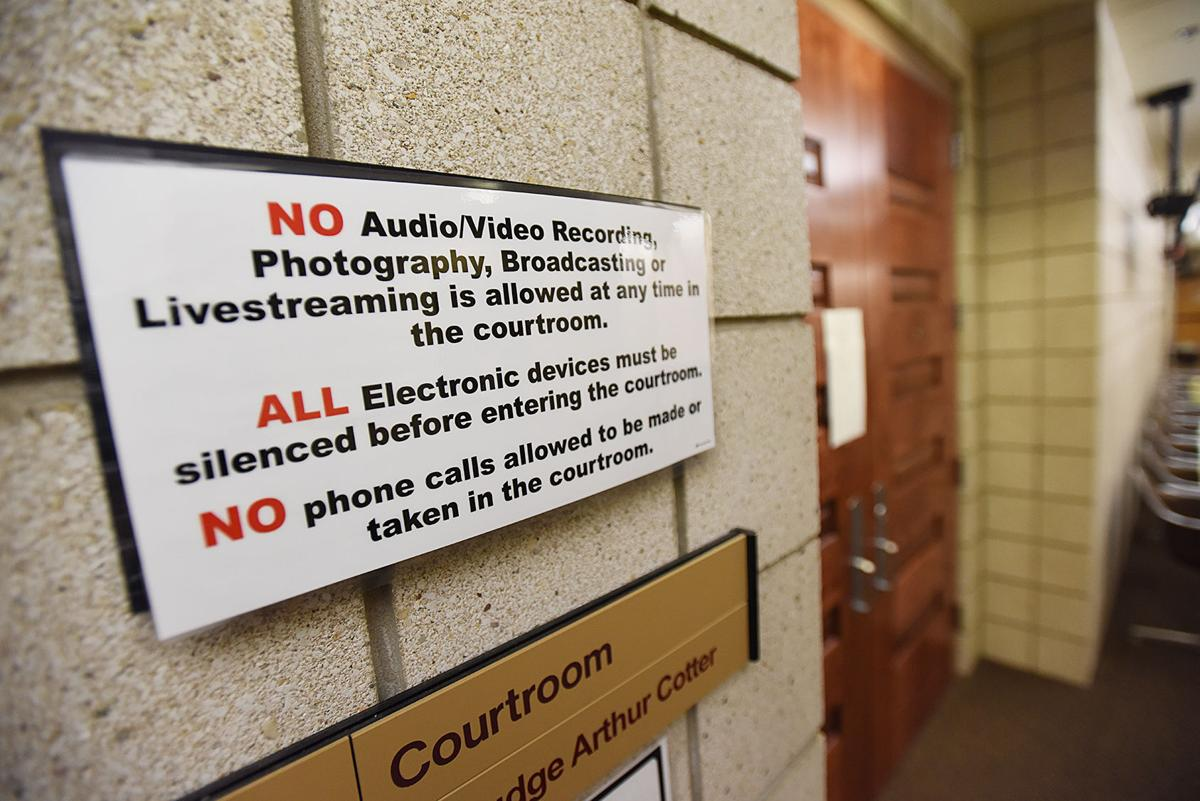 200808-HP-courthouse-cell-phones1-photo.jpg