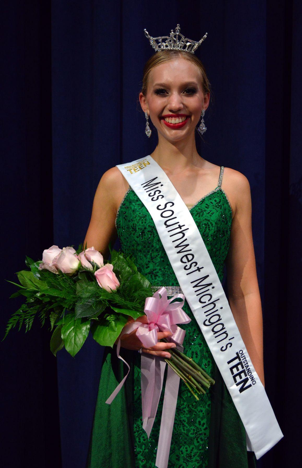 2022 Lauren Vegter Standing after crowning.JPG