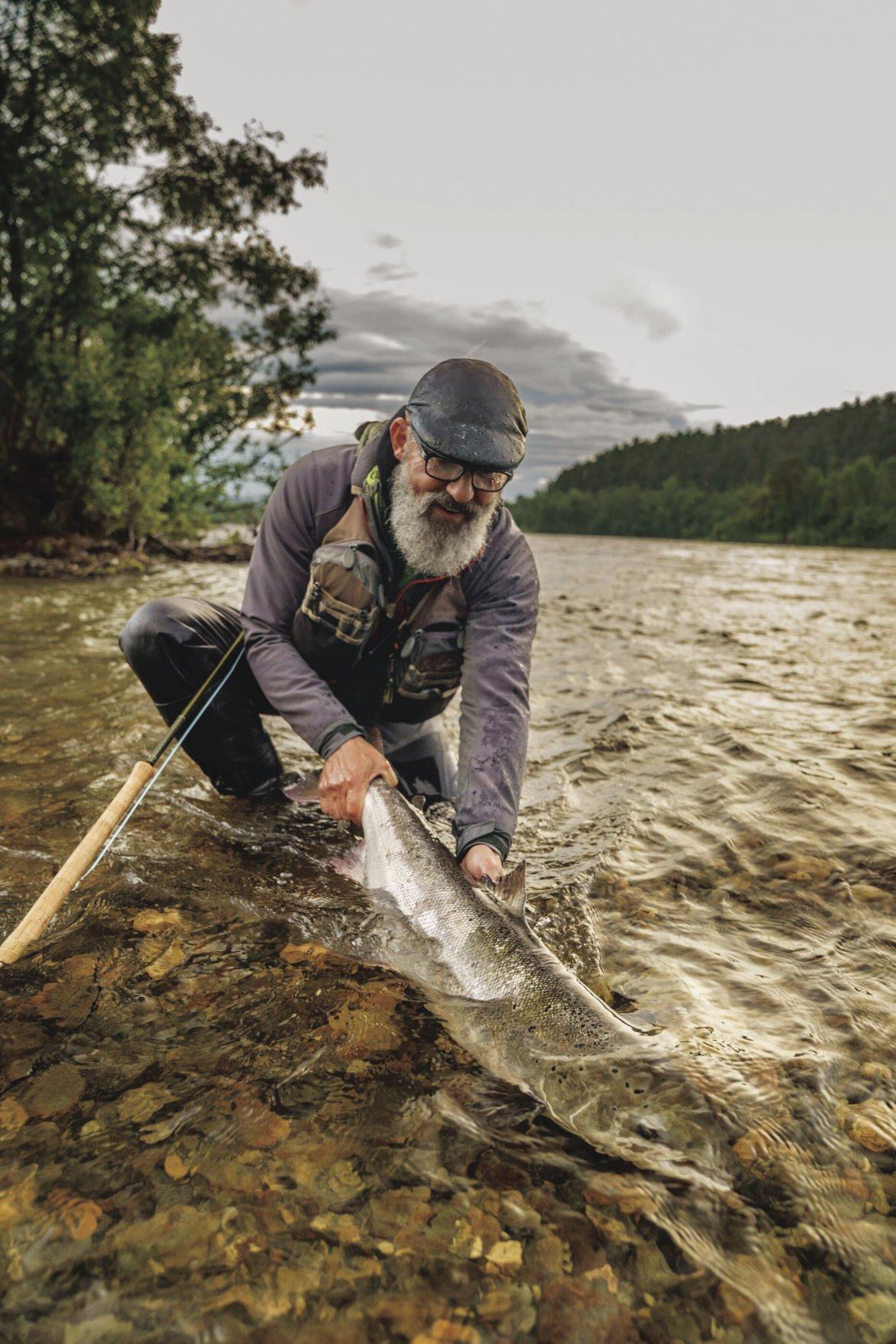 Artifishal Swedish journalist Mikael Frödin releases wild atlantic almon on Norway's Alta River photo by Ben Moon.jpg