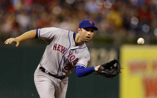 Neil Walker fielding with Mets, AP photo