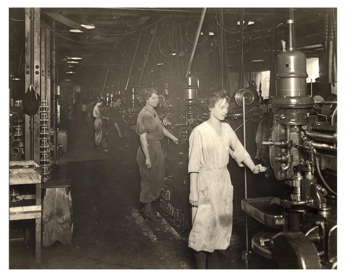 WOMEN BUILD CARS IN 1918