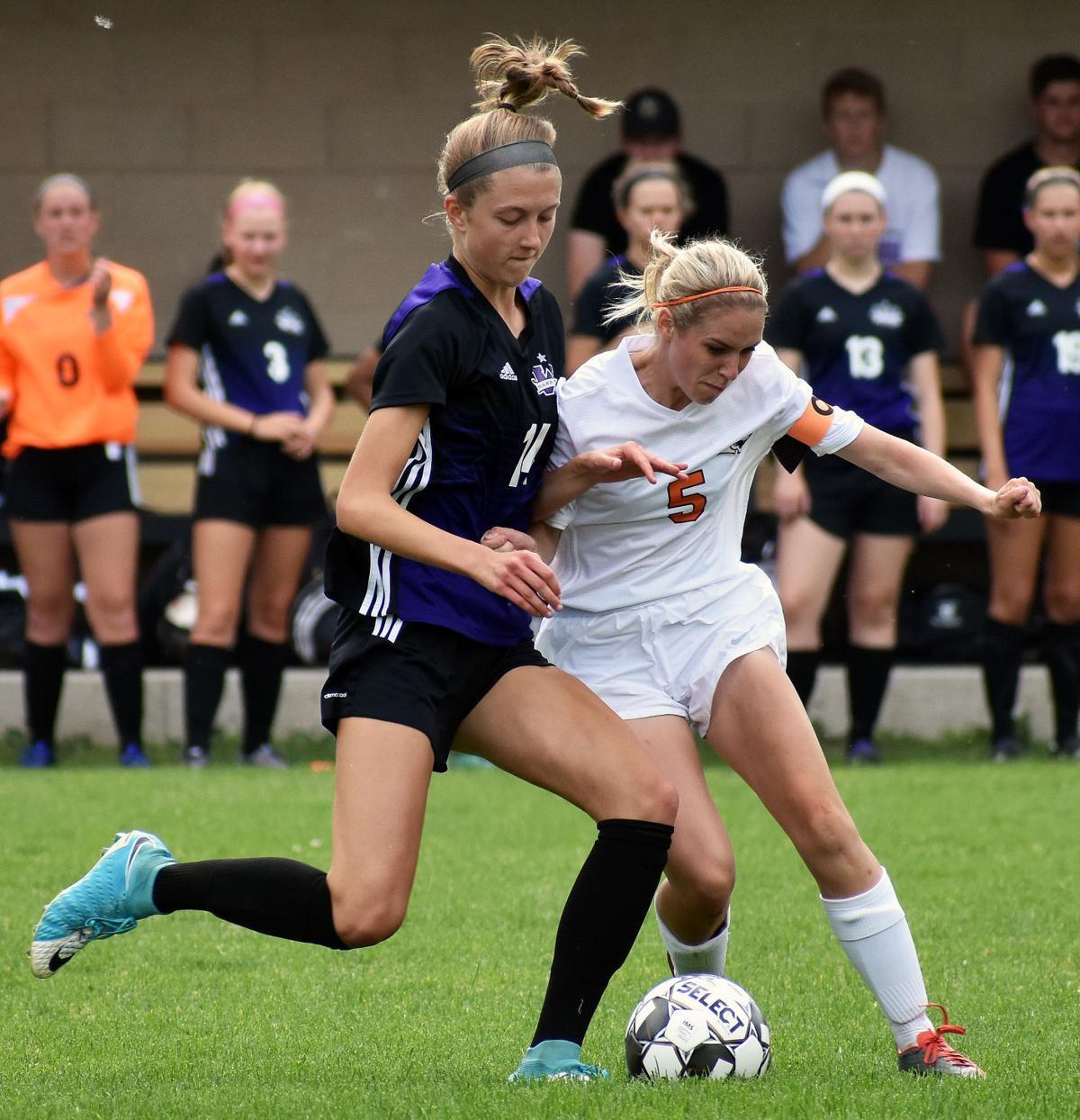 Waunakee's Isabelle Barmore, Oregon's Emma Krause battle for possession