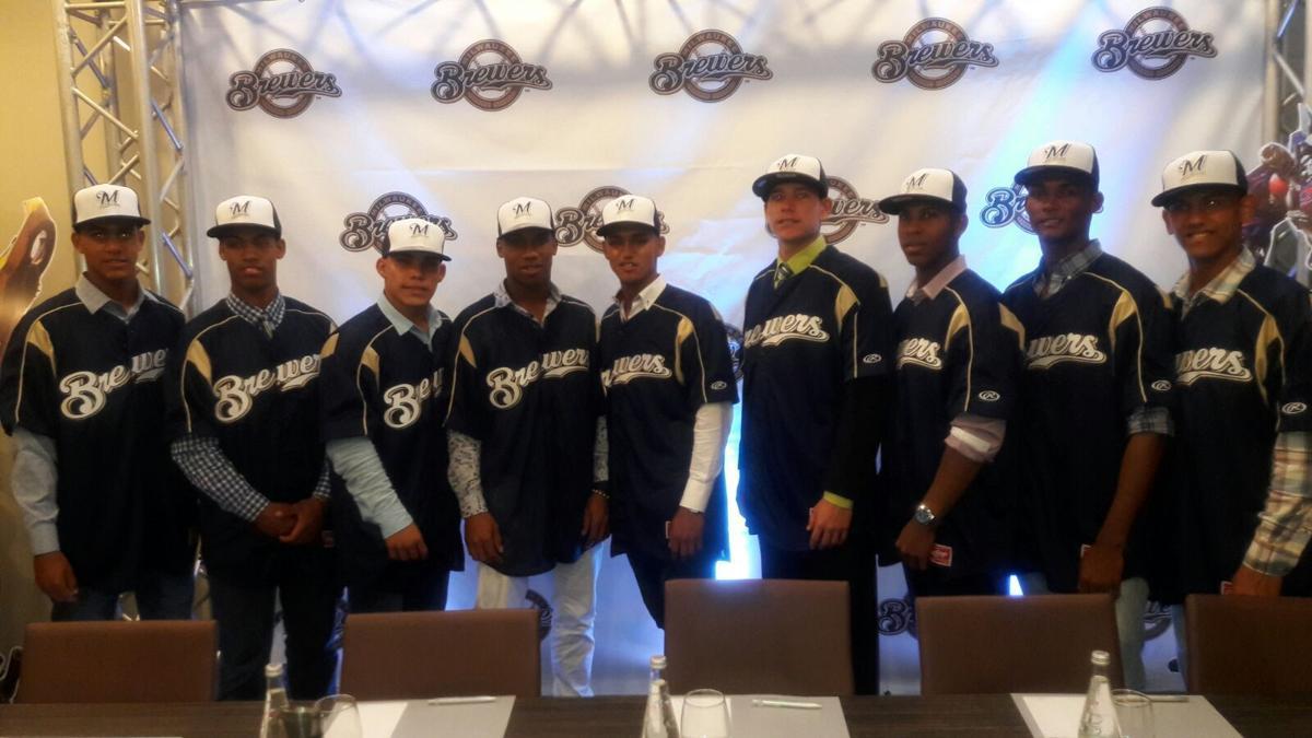 Milwaukee Brewers sign 9 international players, team photo