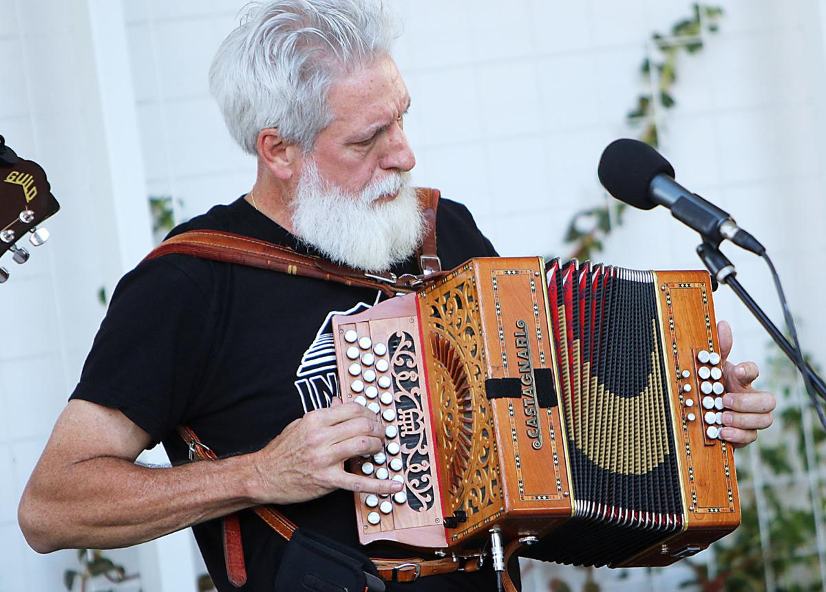 Dan Ansotegui performing